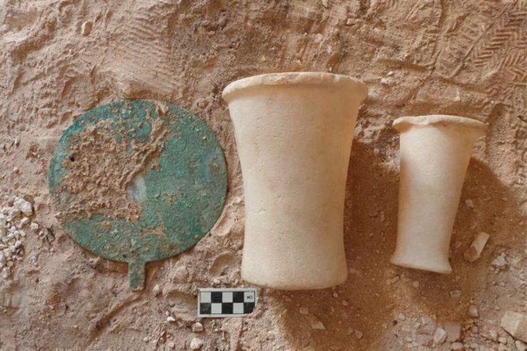 FOTO: Descubren en Egipto un cementerio con 250 tumbas excavadas en piedra