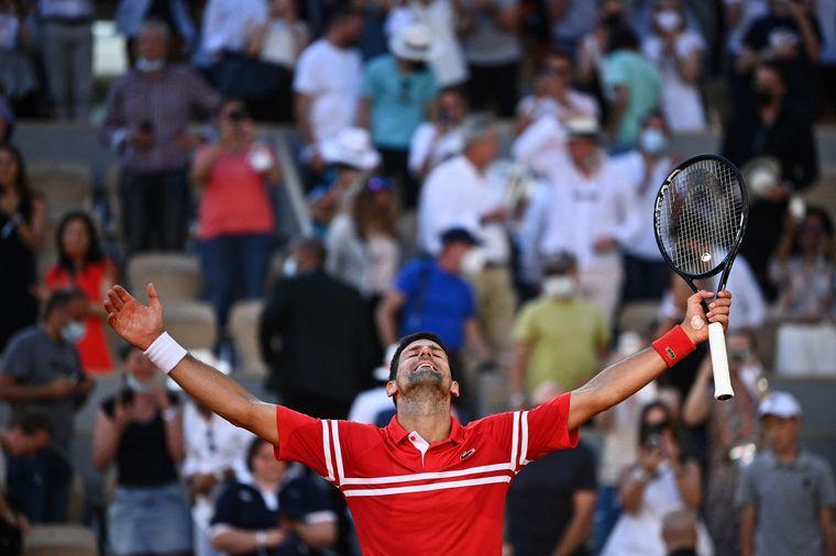 FOTO: El serbio se llevó el título en París en una final memorable.