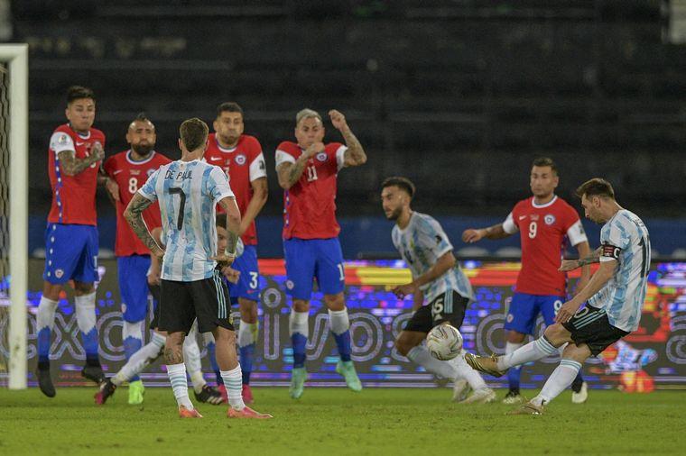 FOTO: El capitán argentino convirtió un golazo de tiro libre.