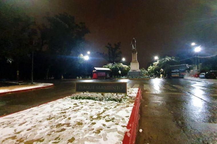 FOTO: Nieve en el Parque Sarmiento de la ciudad de Córdoba.