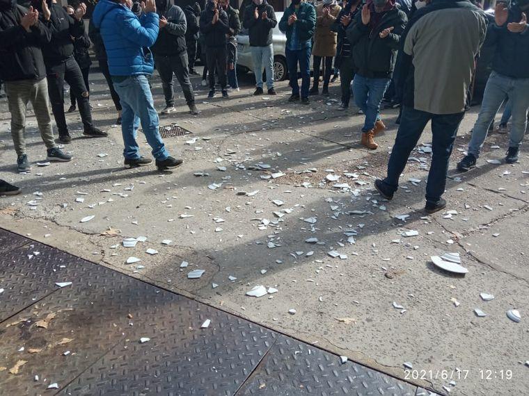 FOTO: Gastronómicos rosarinos rompieron platos como protesta