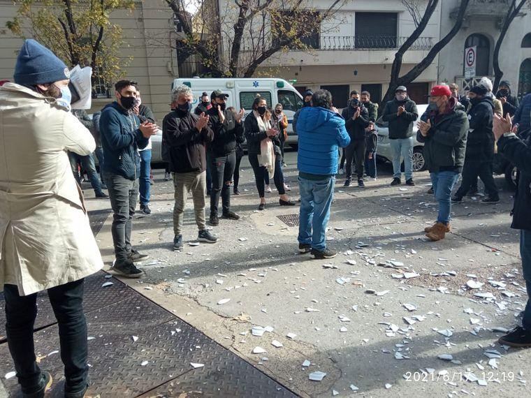 AUDIO: Gastronómicos rosarinos rompieron platos como protesta