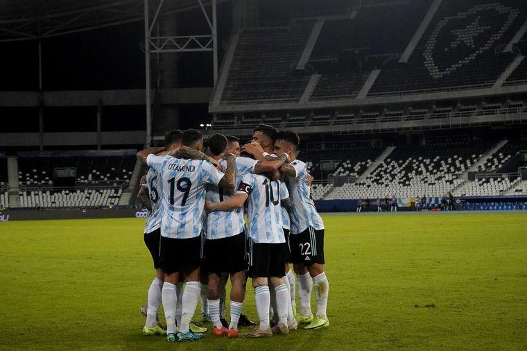 FOTO: Messi y De la Cruz, un gran duelo.