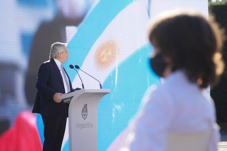 """FOTO: Alberto prometió """"unir al país"""" en el Día de la Bandera"""