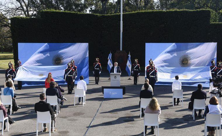 FOTO: El jefe de Estado le tomó la promesa a la Bandera a un grupo de alumnos
