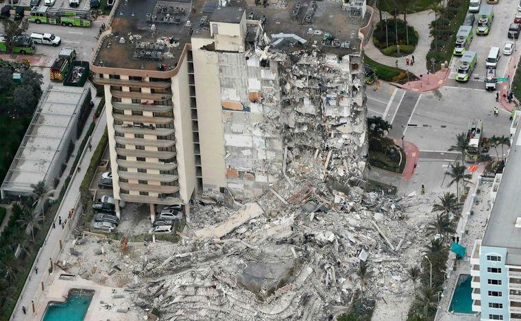 FOTO: Colapsó parte de un edificio de 12 pisos en Miami.