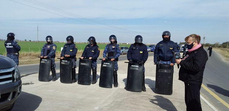FOTO: Productores rurales esperan a Alberto Fernández con una protesta.