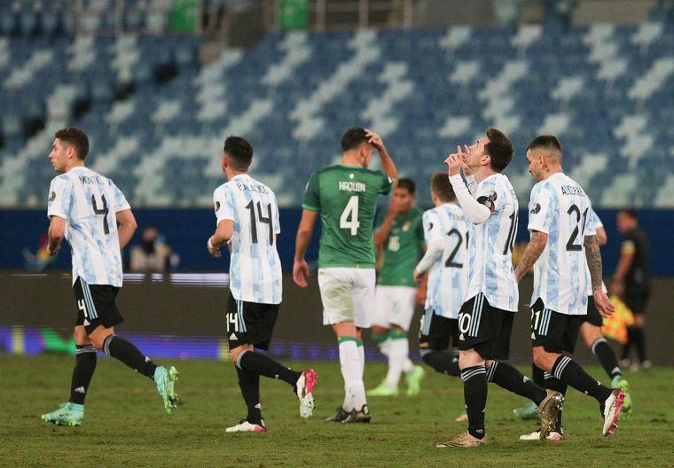 FOTO: Argentina golea a Bolivia 3-0 con dos tantos de Messi