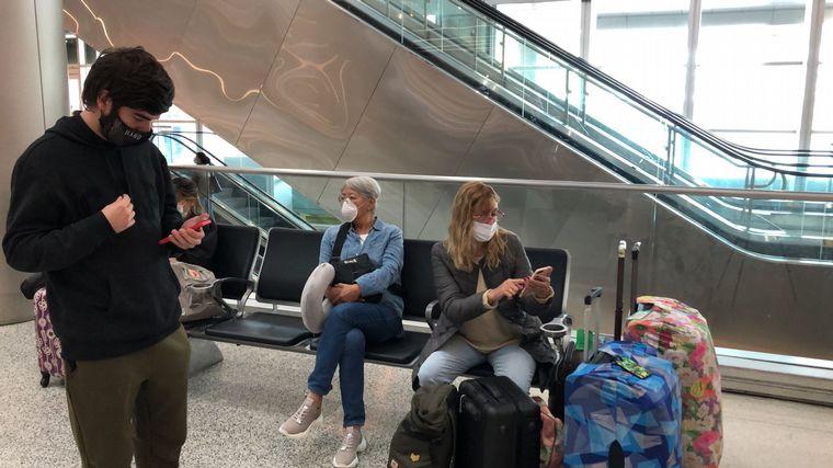 FOTO: Argentinos varados en el aeropuerto de Miami.