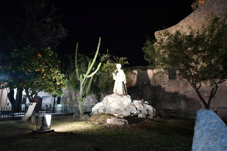 FOTO: Iluminaron la Plazoleta del Fundador y el Arco de Córdoba por el 6 de julio.