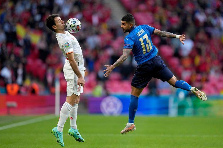FOTO: Duelo de titanes entre Italia y España en la Eurocopa.