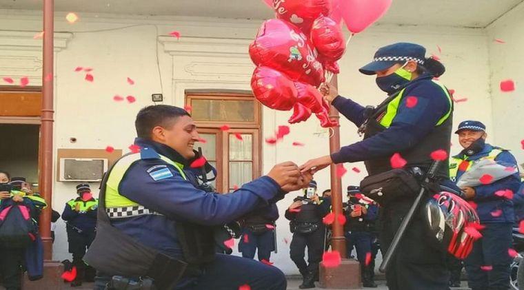 AUDIO: Policía le pidió matrimonio a su compañera frente a otros agentes en Tucumán