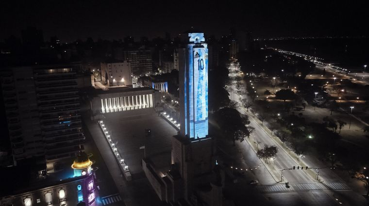 FOTO: El Monumento a la Bandera se vistió de Messi.