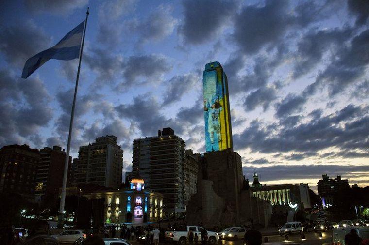 FOTO: El Monumento a la Bandera se vistió de celeste y blanco.