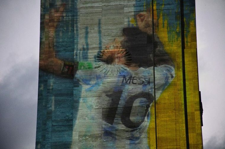 FOTO: El Monumento a la Bandera se vistió de Messi (Foto: Juan José García).