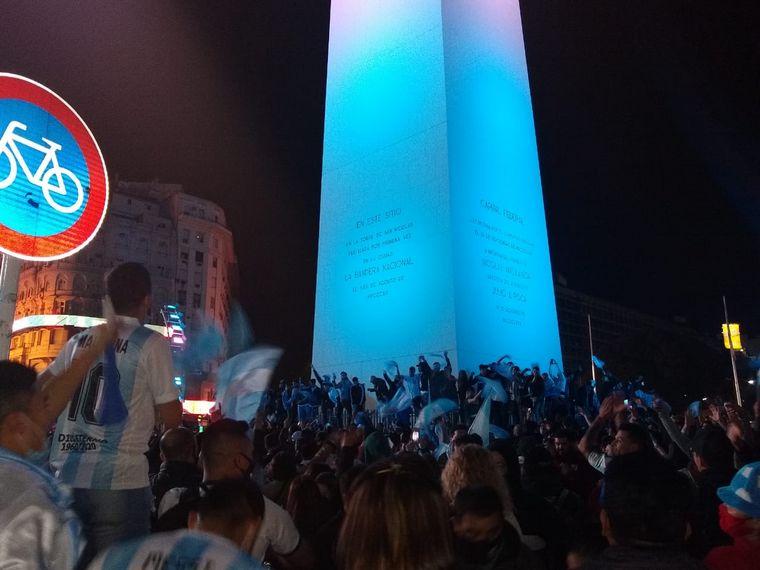 FOTO: Argentina Campeón de América: argentinos festejan en el Obelisco.