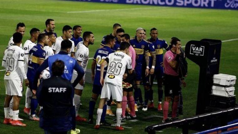 FOTO: Suspendieron a los árbitros de Boca-Atlético Mineiro.