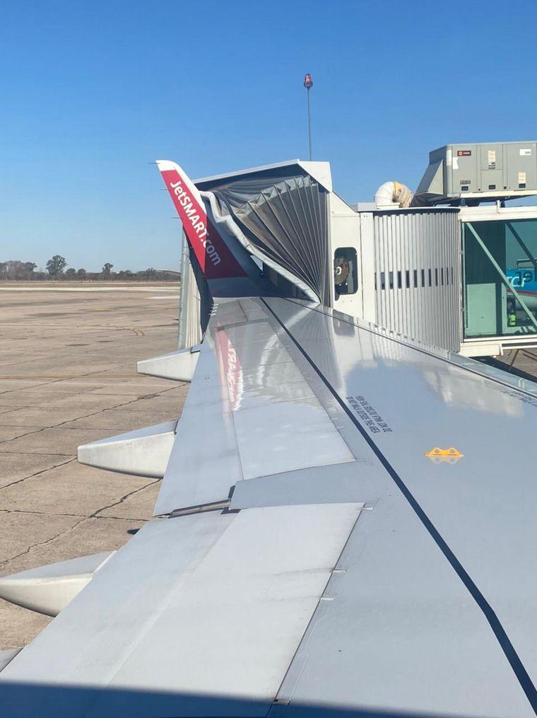 FOTO: Un avión chocó con la pasarela en el aeropuerto de Córdoba