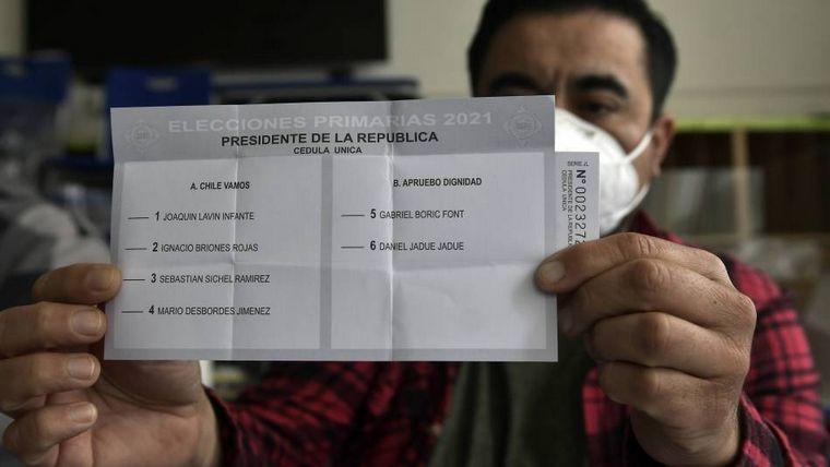 FOTO: Joaquín Lavín, de Chile Vamos, votó en las primarias