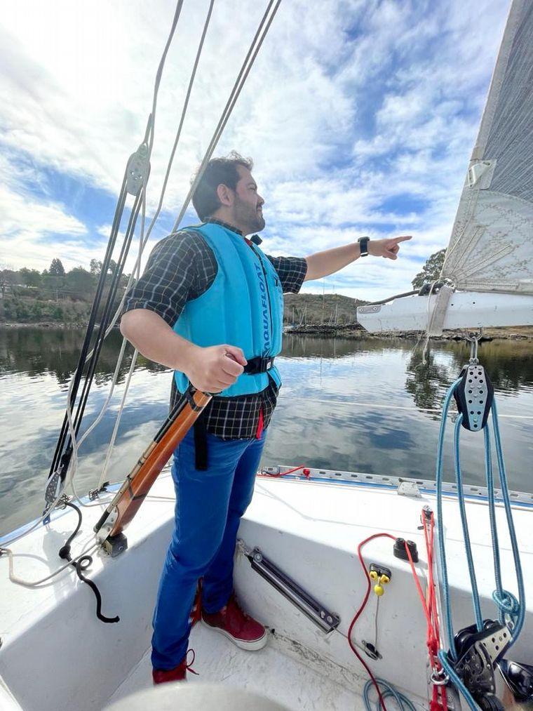 FOTO: Sebastián Peri Robledo condujo el velero por las aguas del Embalse de Calamuchita.