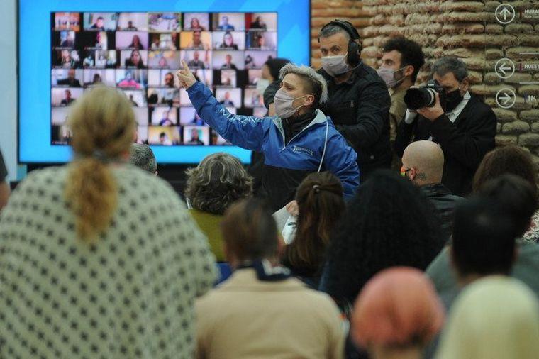 FOTO: Interrumpieron el acto de entrega de los DNI no binarios (Foto: Clarín)