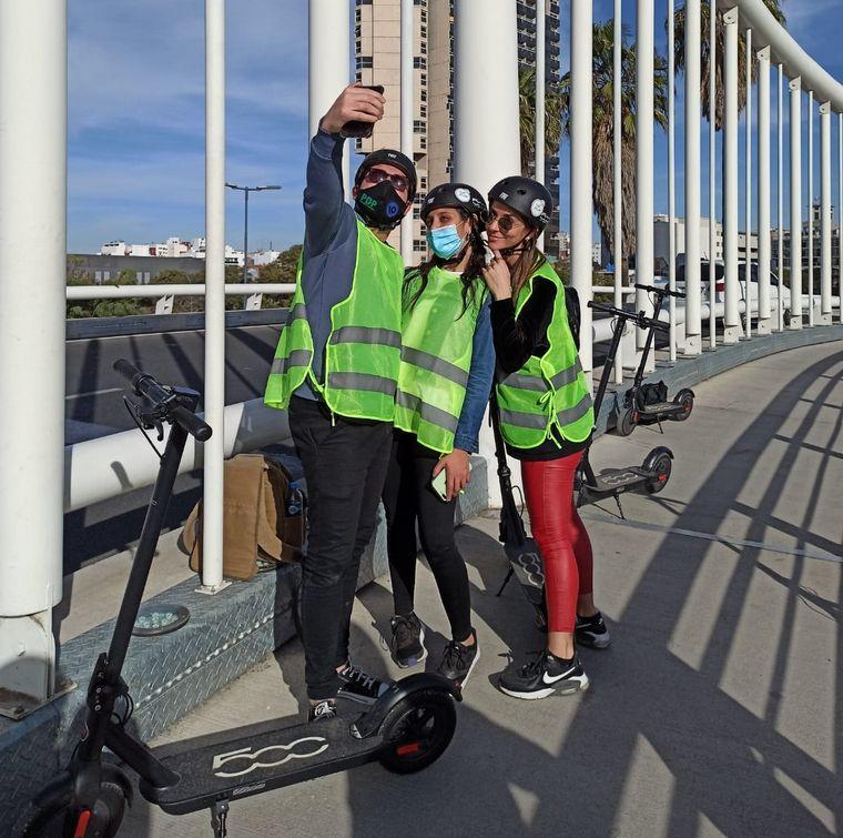 FOTO: En monopatín eléctrico, una nueva forma de conocer la ciudad