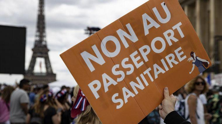 FOTO: Protestaron en Francia contra el pasaporte sanitario Covid