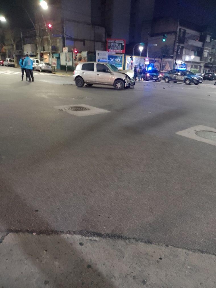 FOTO: El móvil policial que iba a la casa de Chano chocó y volcó