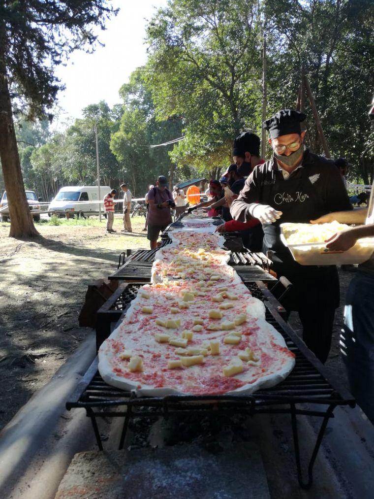 AUDIO: En Córdoba, vecinos cocinaron  a la parrilla una pizza casera de 14 metros de largo