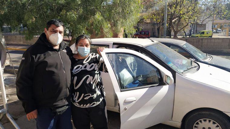 FOTO: Una familia vive en un auto mientras su hijo está internado
