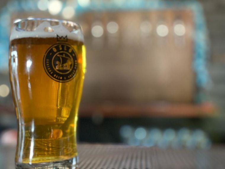 FOTO: Orlando Morales degustó cerveza artesanal en Alta Gracia.