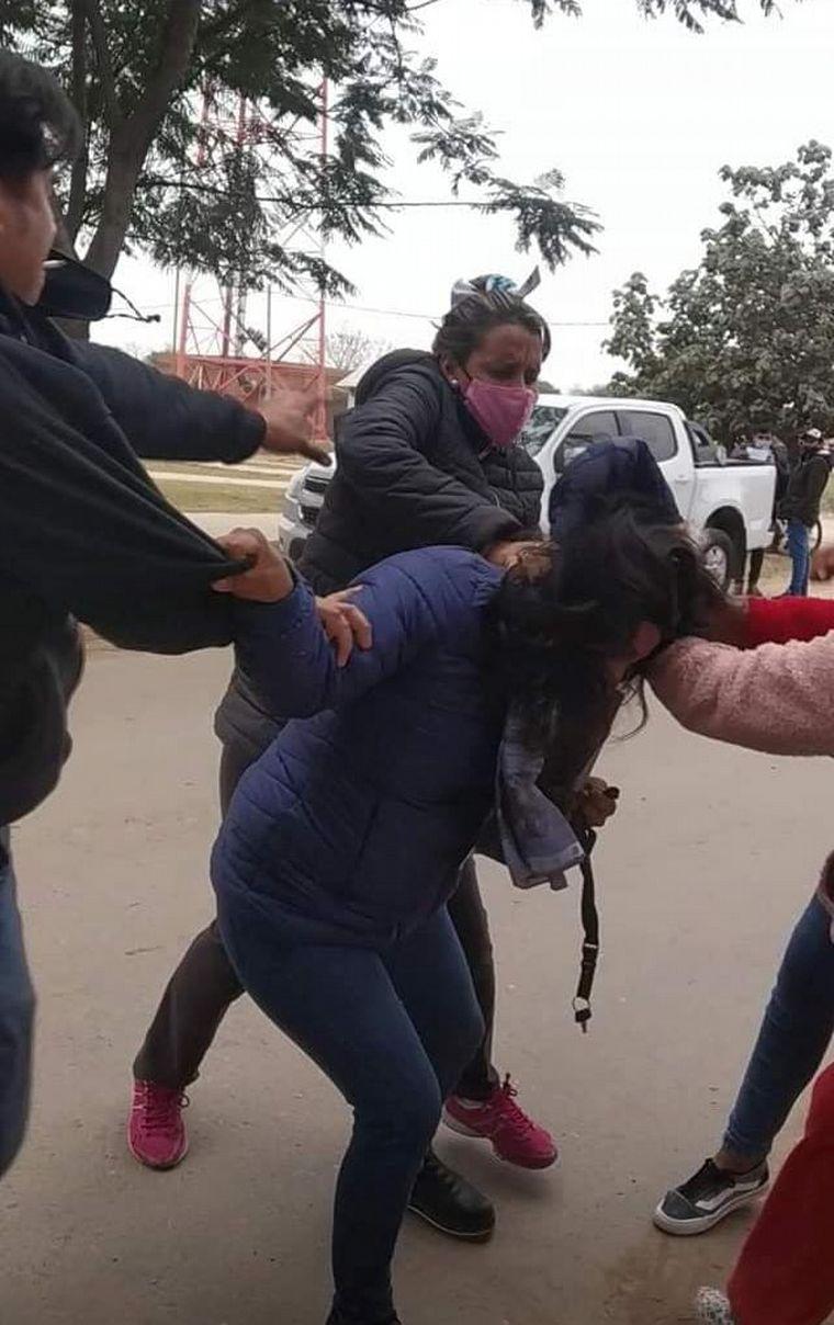 FOTO: Agredieron a golpes a una concejal opositora en Salta (Foto: Matías Saracho)