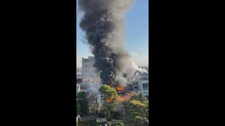 FOTO: Bomberos controlaron un incendio en la cervecería Quilmes.