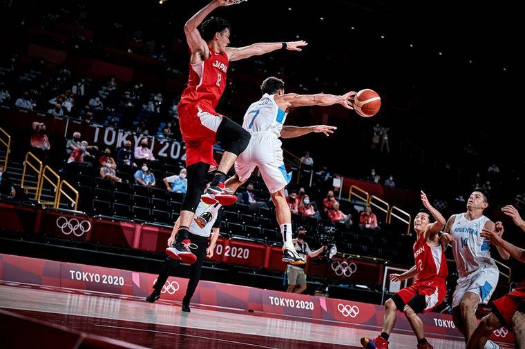 FOTO: Argentina venció a Japón y avanzó a cuartos en básquetbol