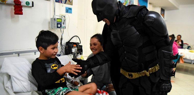 "FOTO: El ""Batman solidario"" de La Plata denunció que le robaron"