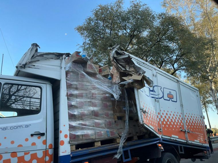 FOTO: Un camión chocó con la parte baja del Puente Sarmiento