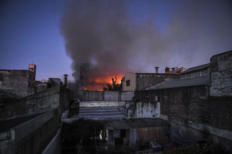 FOTO: Se incendió un depósito de Barrancas y hay peligro de derrumbe.