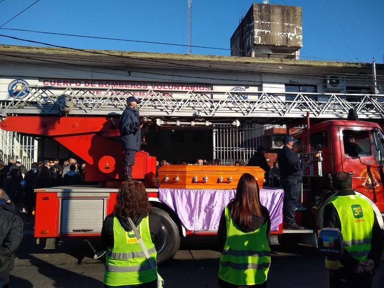 FOTO: Despiden los restos de los bomberos fallecidos en Caseros
