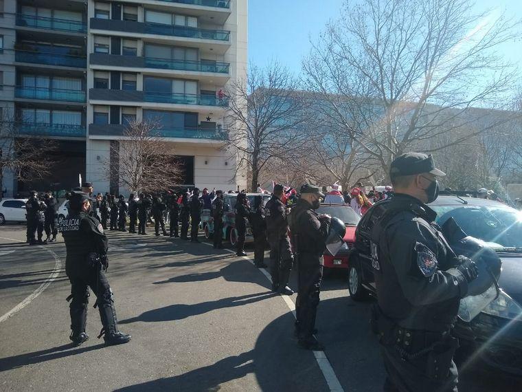 FOTO: Hinchas de River se concentraron en la puerta del hotel previo al clásico