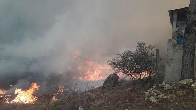FOTO: Daños en cabañas y viviendas por el incendios en Atos Pampa.