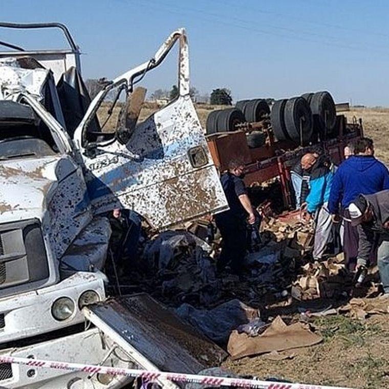 FOTO: Volcó un camión que llevaba botellas de vino y se llevaron la carga