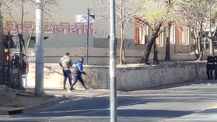 FOTO: Se vivieron momentos de tensión e incidentes entre policías y allegados al fallecido