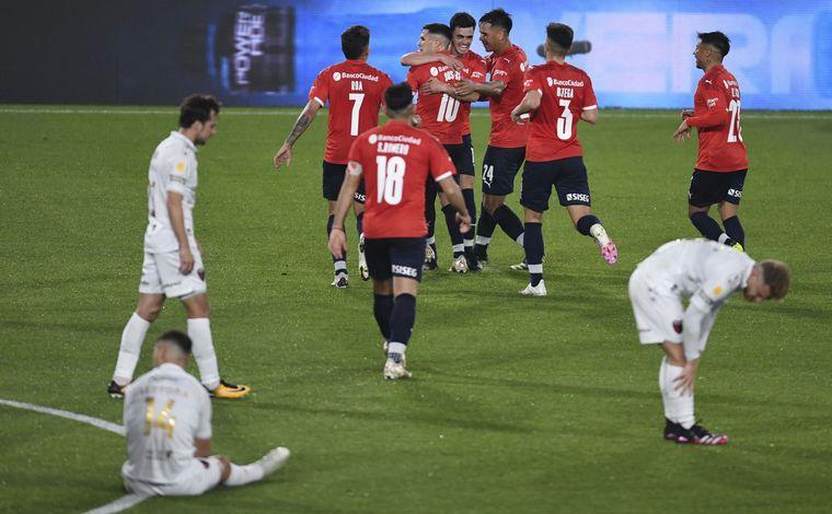 FOTO: Independiente dominó de principio a fin a Colón y recuperó la punta