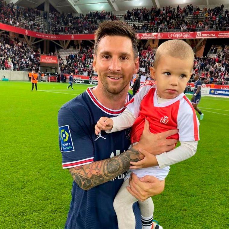 FOTO: El arquero del Reims le pidió a Lionel una fotografía con su hijo
