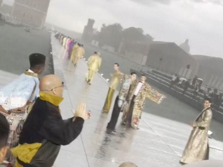 FOTO: Una tormenta con granizo en medio de un desfile, sorprendió a famosos en Europa