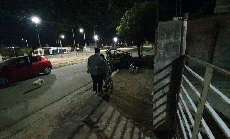 FOTO: Incendio y explosión de un auto en Córdoba.