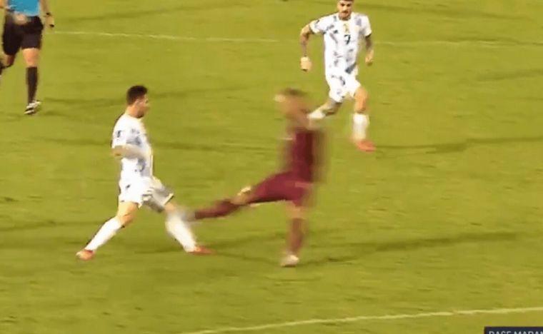 FOTO: La brutal pata de Martínez contra Messi que le costó la roja.