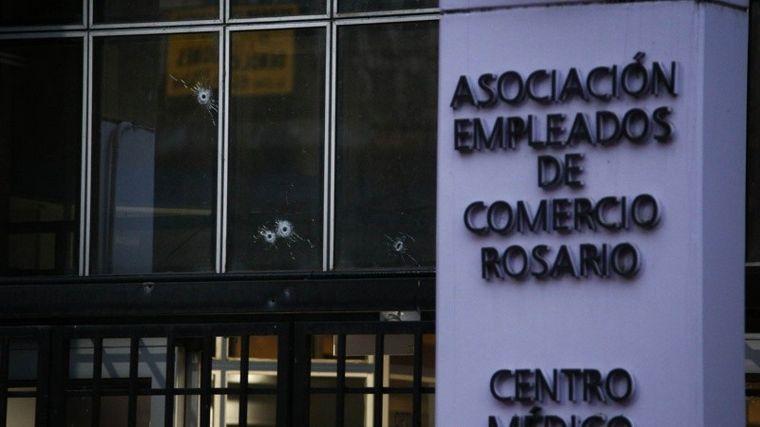 FOTO: Rosario: balearon la Asociación de Empleados de Comercio (Foto: Rosario 3)
