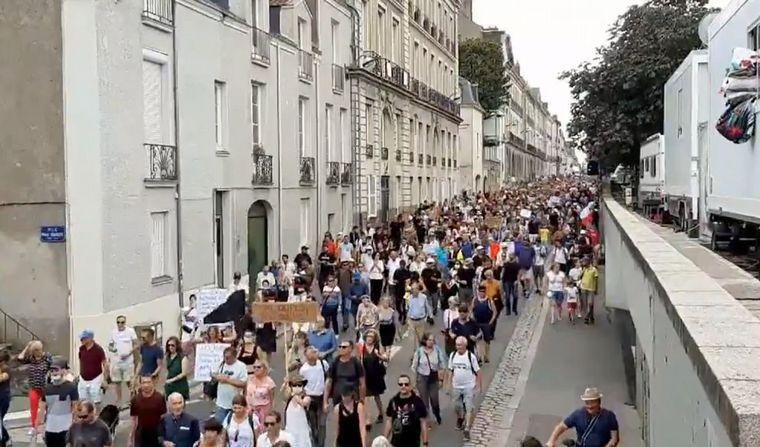 FOTO: Miles de personas vuelven a protestar en Francia contra el pasaporte sanitario