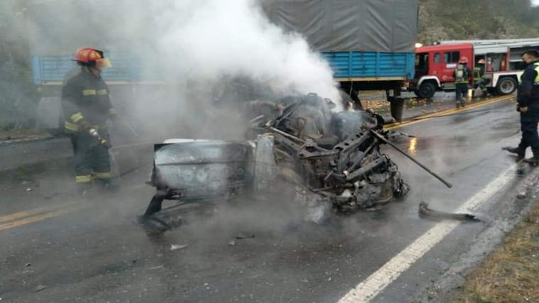 AUDIO: Un muerto tras un terrible choque entre una ambulancia y un camión en Tucumán